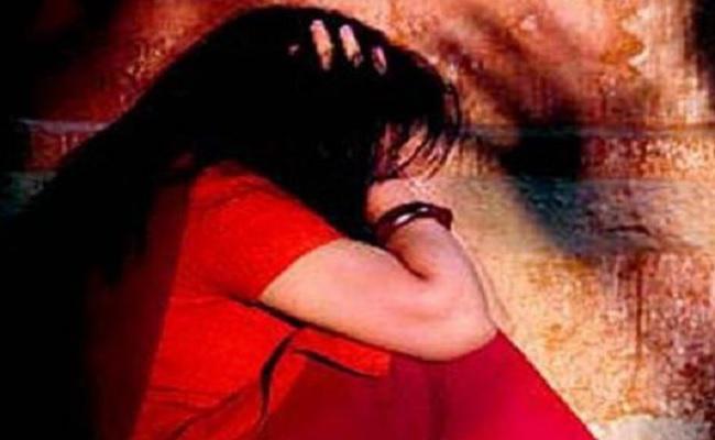 शिवसेना नगरसेवक (पर्षद ) के विरुद्व, एक युवती के विनयभंग का गुन्हा दर्ज । —- रिपोर्ट – बीनू वर्गिस