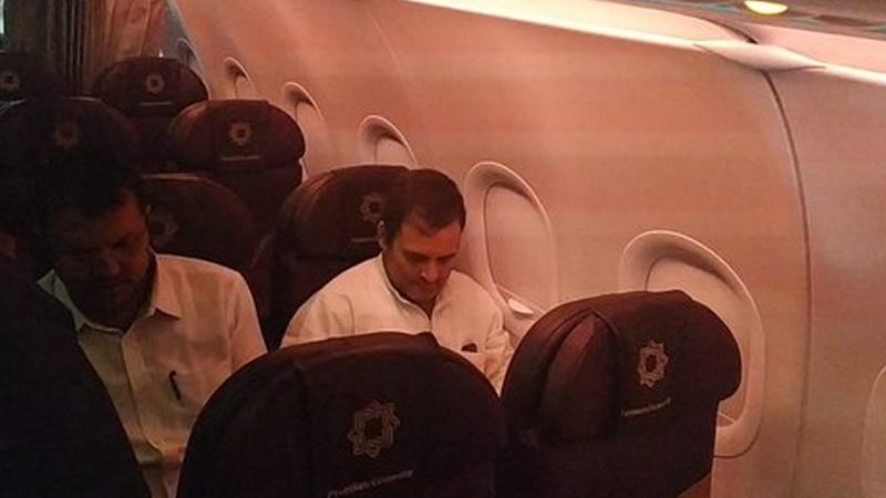 कश्मीर हवाई अड्डे पर रोका गया विपक्षी दलों का प्रतिनिधिमंडल ।