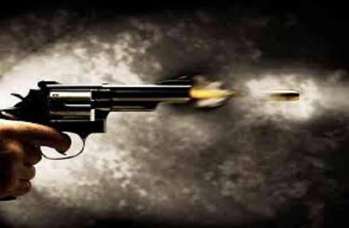 औरैया: सपा एमएलसी कमलेश पाठक ने अधिवक्ता तथा उनकी बहन को मारी गोली, मौत