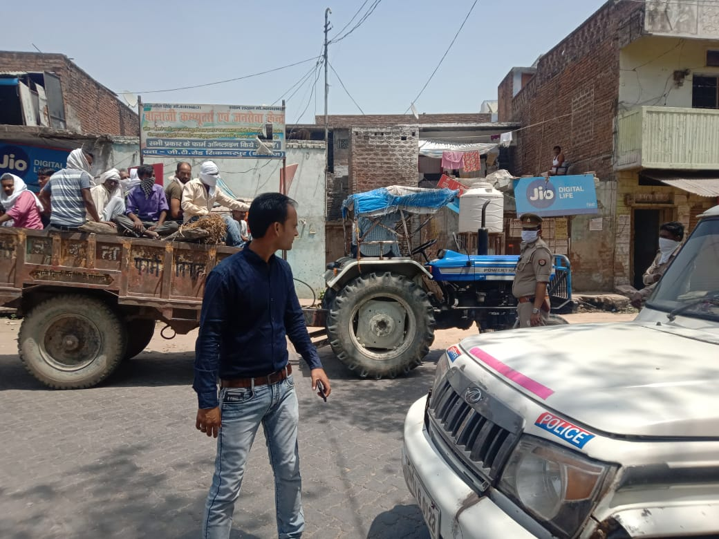 पुलिस ने चेकिंग के दौरान दाह संस्कार करने जा रहे ट्रैक्टर को रोका।