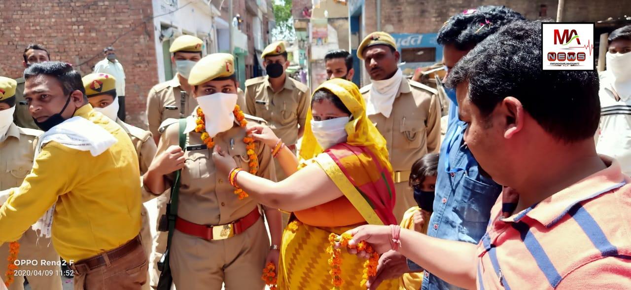 कन्नौज: सिकंदरपुर चेयरमैन उर्वशी दुबे ने किया चौकी इंचार्ज का फूल मालाएं पहनाकर जोरदार स्वागत।