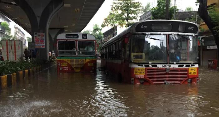 मुंबई में रातभर हुई बारिश ने एक बार फिर लोगों की बढा दी मुश्किलें