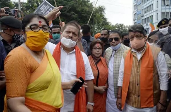 पश्चिम बंगाल में सियासी खेल जारी, कैलाश विजयवर्गीय और मुकुल राय पर  दंगा करने और महामारी अधिनियम का उल्लंघन करने का मामला दर्ज