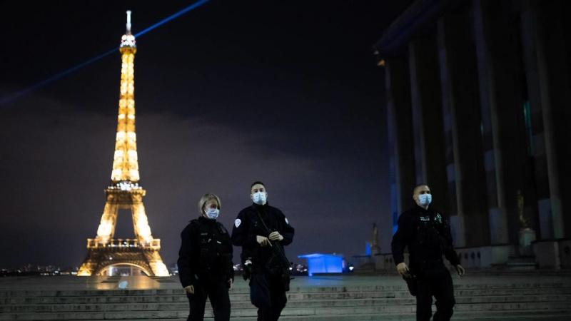 पेरिस – दो मुस्लिम महिलाओं को एफ़िल टॉवर के पास चाक़ू घोंपकर गंभीर रूप से किया घायल