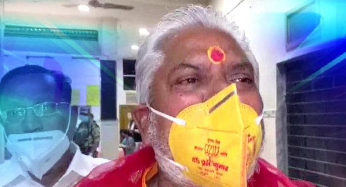 कहाँ है चुनाव आयोग ? – हुजूर के राज्य के कृषि मंत्री प्रेम कुमार ने कोरोना नियम के पालन की आड में ताख पे रख किया अचार संहिता का उल्लंघन
