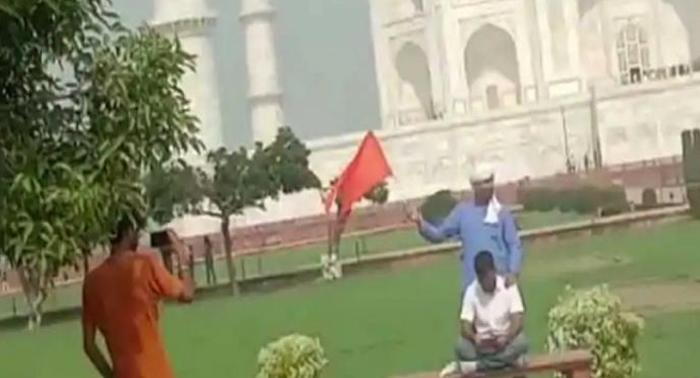 ताजमहल परिसर में हिंदूवादी संगठन के दो लोगों ने फहराया भगवा झंडा, किया शिव चालीसा का पाठ