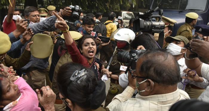 कांग्रेसियों ने किया योगी सरकार के विरूद्ध बिजली के बढ़े दाम, मंहगाई, महिला सुरक्षा, धान खरीद में भ्रष्टाचार को लेकर विधानसभा का घेराव