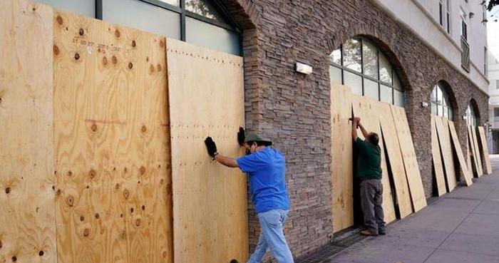 अमेरिका – राष्ट्रपति चुनावों के पूर्ण होने के बाद हिंसा की आशंका के चलते लोगों में भय का माहौल, दुकानों पर सुरक्षा के लिये लगाए प्लाईवुड
