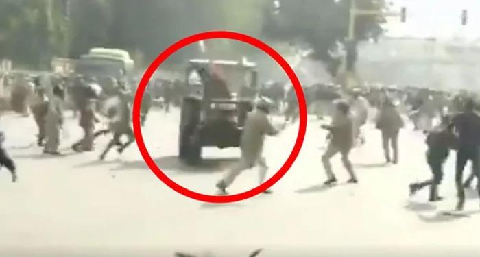 बेकाबू हुयी जब ट्रैक्टर रैली, तब जान बचा कर भागी पुलिस