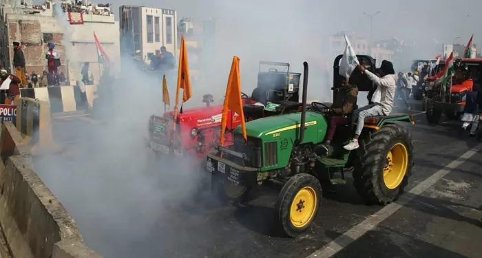 किसानों ने तोडे अवरोध, पुलिस ने छोडे गैस के गोले