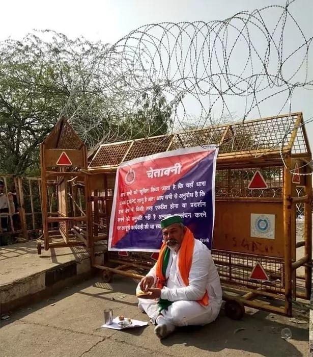 बीच सडक बैठ खायी रोटी किसान नेता राकेश टिकैत ने जताया सरकार के खिलाफ़ विरोध