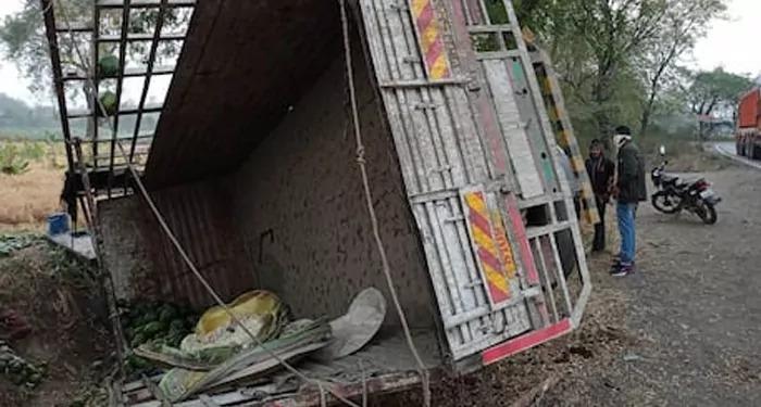 जलगांव: पपीते से लदे ट्रक के पलटने से 15 लोगों की हुई मौत