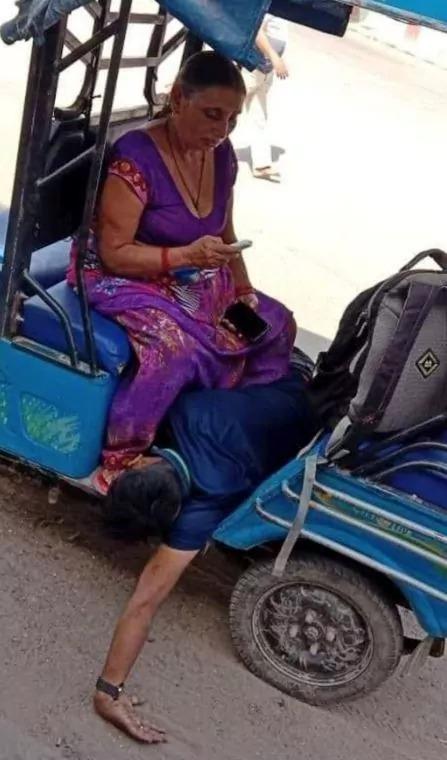 प्रधानमंत्री के संसदीय क्षेत्र वाराणसी में अपने बेटे की लाश को ई-रिक्शा में ले जाने पर बेवश हुई माँ, खुली आँख से देखें सरकार के पैरोकार ..!!