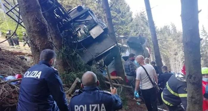 उत्तरी इटली में ज़मीन पर गिरी केबल कार, हुई 14 लोगों की मौत