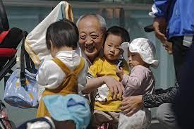 तीन बच्चे पैदा करने की अब चीन में मिली छूट का देश की तेजी से बूढ़ी होती आबादी