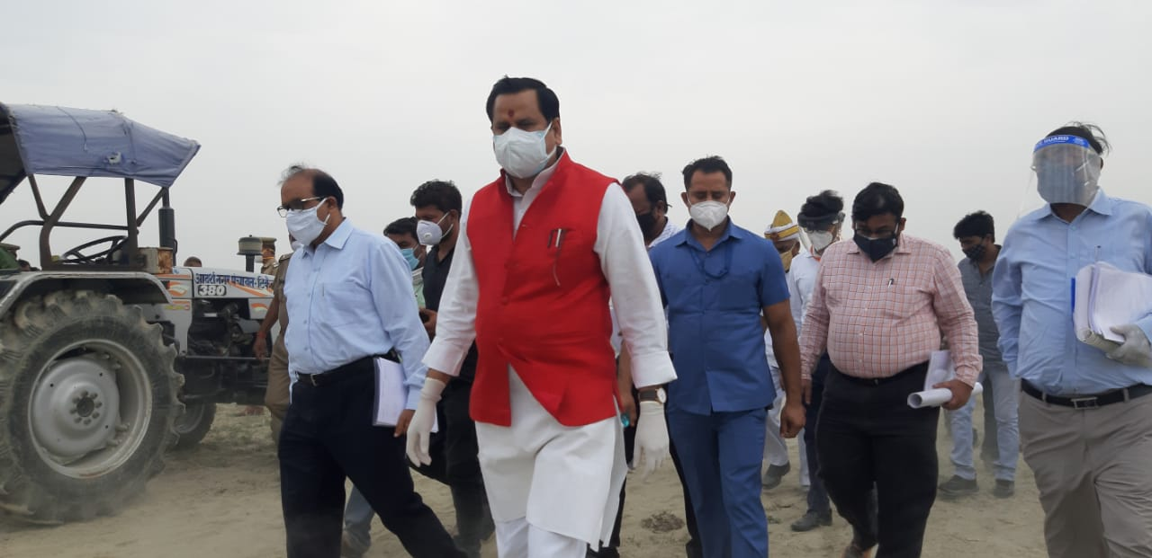 बाराबंकी पहुंचे प्रदेश के जल शक्ति मंत्री डॉक्टर महेंद्र सिंह ने बाढ़ बचाव कार्यों का किया स्थलीय निरीक्षण अधिकारियों को दिए सख्त निर्देश।रिपोर्ट–चैतन्य