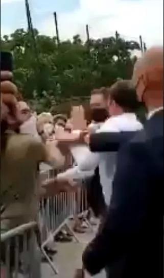 सरेआम फ्रांस के राष्ट्रपति इमैनुएल मैक्रों को एक शख्स ने जड़ा दिया तमाचा !