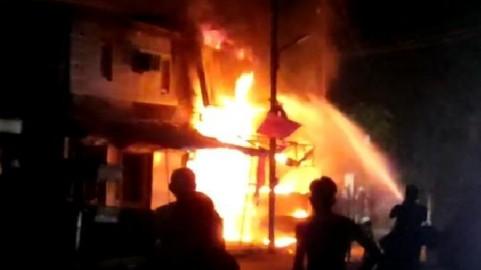 कानपुर के स्वरूप नगर में लगी भीषण आग, आग बुझाने में तीन दमकल जुटी