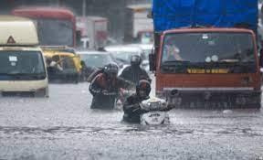 मुंबई समेत आसपास के कई इलाकों में मूसलाधार बारिश के चलते निचले इलाकों में जलजमांव की खबरें