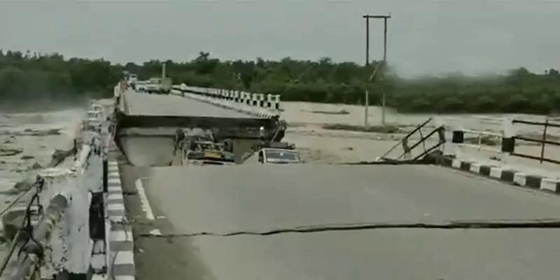 उत्तराखंड में रानीपोखरी पुल पानी के बहाव से टूटा, नदी में गिरीं दर्जनों गाड़ियाँ