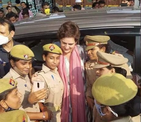 भारी पड़ा प्रियंका गाँधी के साथ महिला पुलिस कर्मियों को सेल्फी खिंचवाना, हुए जांच के आदेश